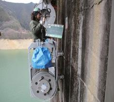 ダム専用ゴンドラの点検