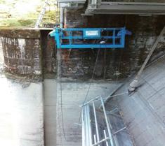 ダムのワイヤーの交換でゴンドラを使用